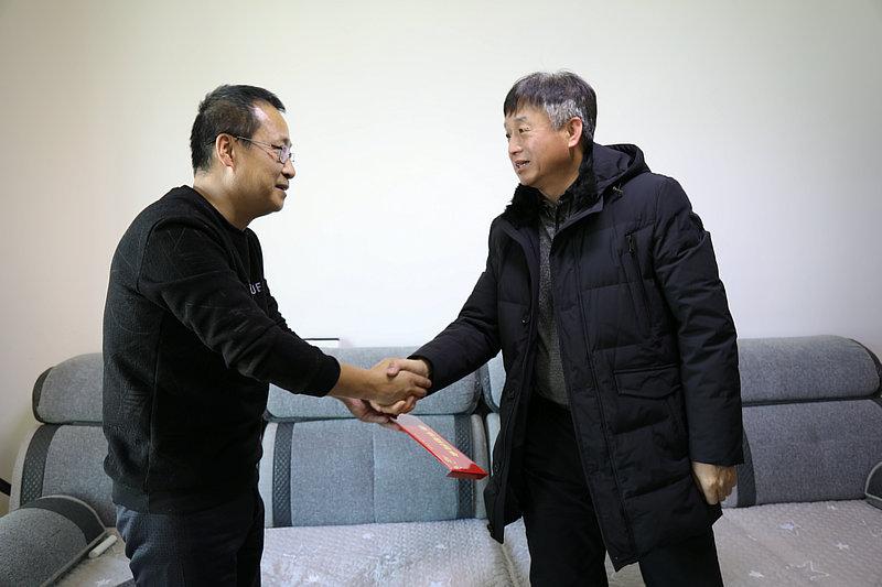 送上慰问金(李彧周).JPG